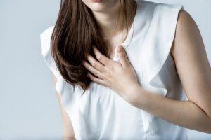 La arritmia pertenece a la especialidad de cardiología. La cardiología se encarga del diagnóstico y tratamiento de las enfermedades del corazón.