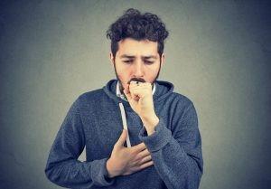 El tratamiento de la bronquitis aguda se dirige a aliviar los síntomas con la toma de analgésicos y antitérmicos, sumada a una adecuada hidratación.