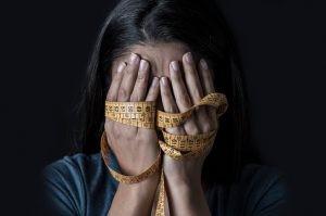 La causa última de aparición de la bulimia se desconoce, aunque se sabe que hay factores genéticos, ambientales y biológicos