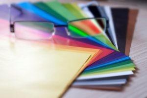 El daltonismo no se cura. Se pueden utilizar gafas especiales con filtros o lentes para distinguir los colores