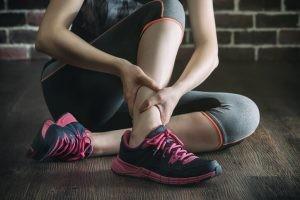El factor desencadenante principal del esguince de tobillo es su torcedura. Este se dobla o se gira de forma extraña.