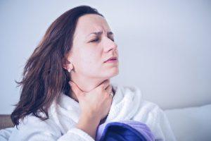 Los factores de riesgo que pueden influenciar a la hora de que un paciente sufra faringitis son sobre todo la edad y la estación del año.