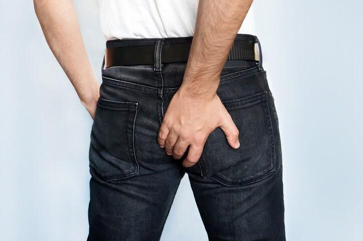 La fisura anal suele desencadenarse por factores como el estreñimiento, lo que provoca el esfuerzo anal para la expulsión de heces.