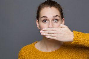 Algunos motivos de halitosis aparecen de forma transitoria y autolimitada, asociados a circunstancias puntuales como la menstruación o el descanso nocturno.