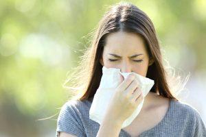 Los síntomas de la alergia, que dependen de la sustancia involucrada, pueden afectar a las vías respiratorias, a las fosas nasales, a la piel y al aparato digestivo.