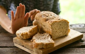 El tratamiento de la enfermedad celíaca se basa en la realización de una dieta exenta de gluten para toda la vida.