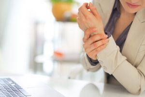 La artrosis puede afectar a cualquier articulación del cuerpo, pero se produce con más frecuencia en manos, rodillas, caderas, columna cervical y lumbar, y pies. En función de la articulación afectada puede tener un nombre específico.