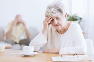 En general las causas de las demencias se desconocen. Se considera que hay una confluencia de factores medioambientales y genéticos que influyen en su aparición.