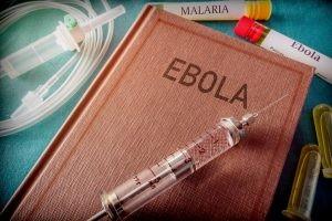 No existe tratamiento ni vacuna para el virus del ébola. Se debe proceder a aislar a los pacientes y se les da una rehidratación adecuada.