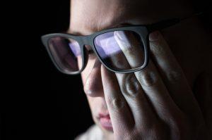 Las causas de la miopía están en relación con la alteración de la curvatura corneal, la potencia del cristalino y la longitud del ojo.