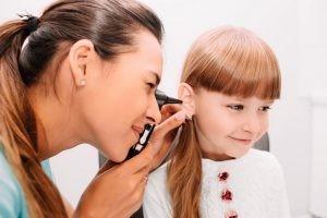 El diagnóstico de la otitis se realiza fundamentalmente con la exploración física mediante la realización de una otoscopia donde se obtiene la visión directa del tímpano y la pared del conducto auditivo externo con el otoscopio.