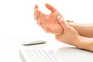 El síndrome del túnel carpiano ocurre cuando los tejidos que rodean a los tendones flexores en la muñeca se inflaman y hacen presión en el nervio mediano