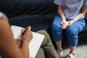El factor principal desencadenante de la afasia es una lesión cerebrovascular y los traumatismos craneoencefálicos principalmente en niños