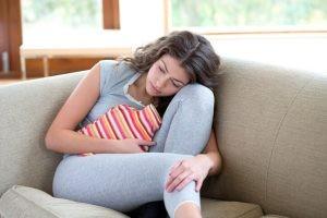 En la mayoría de los casos no tiende a presentarse dolor, pero, en algunos casos, se manifiesta dolor pélvico como otro síntoma más de la amenorrea.