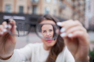 El astigmatismo puede tratarse mediante el uso de gafas graduadas, lentillas o por medio de la realización de una cirugía refractiva.
