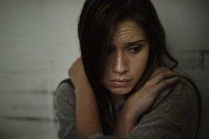 Una crisis de angustia es la aparición aislada y temporal de un malestar o miedo intenso al que le acompañan una serie de síntomas psicológicos y somáticos. Te informamos sobre los ataques de pánico o ansiedad.