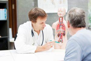 El cáncer de vejiga va ser tratado por el urólogo, que será quien realice la cirugía precisa, así como por el oncólogo médico.