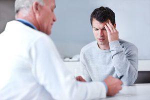Las cefaleas pueden ser diagnosticadas y tratadas inicialmente por el médico de familia si no hay signos de alarma, o por el neurólogo cuando se sospechan causas secundarias