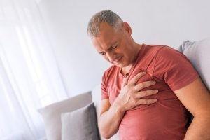La endocarditis al ser una infección se trata primariamente con antibióticos, de forma que disminuyan los síntomas y se elimine el virus.