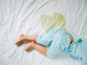 En un gran porcentaje de niños, la enuresis nocturna desaparece de forma espontánea antes de los 6 años de edad.