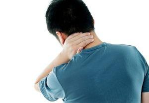 Para diagnosticar si el paciente sufre un esguince cervical el médico realizará una exploración física del cuello comprobando la alineación y simetría del cuello.