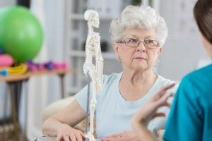 El principal tratamiento que se aplica para la fibromialgia tiene como fin reducir el dolor y ayudar al paciente a que pueda conciliar el sueño.