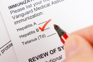 La hepatitis B es causada por el virus VHB, el cual se transmite mediante los fluidos corporales de una persona enferma a una sana.