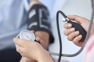 Para tratar la hipertensión el paciente deberá mejorar su estilo de vida, cuidar su alimentación, dejar los malos hábitos y practicar deporte.