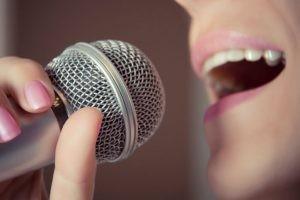La causa desencadenante de la laringitis será la infección vírica o bacteriana seguida del sobreesfuerzo vocal.