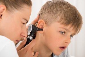 La mejor forma de prevenir la mastoiditis es tratar la infección del oído antes de que se extienda al hueso mastoideo.