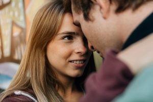 La mononucleosis se contagia a través del contacto con saliva de las personas infectadas, ya sea por besos o por compartir vasos o cubiertos.