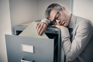La narcolepsia es una enfermedad neurológica crónica en la cual el paciente sufre ataques de sueño no controlables y se queda dormido en cualquier circunstancia