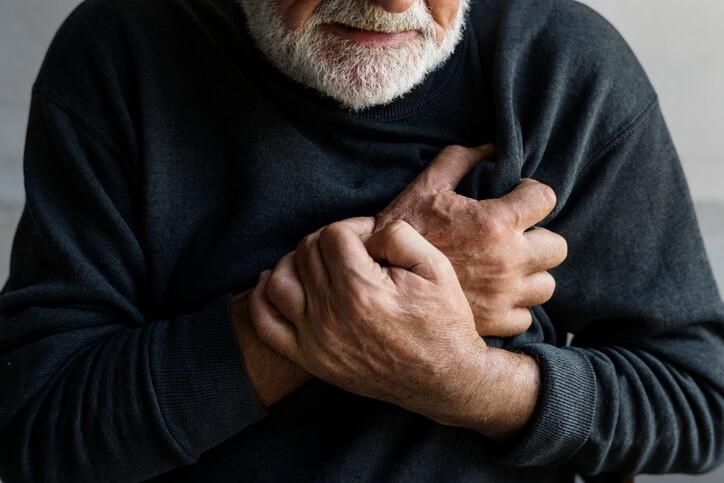 Los síntomas principales de un paro cardiorespiratorio son la pérdida de conciencia, que se asocia a una ausencia de pulso, y la pérdida de respiración.