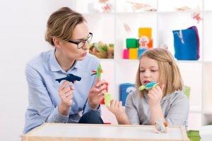 La psicología infantil se centra en el estudio del comportamiento del niño, de forma que trata el desarrollo físico, cognitivo, motor, perceptivo, social y afectivo, acompañándolo en su crecimiento..