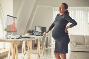 Las embarazadas tienen un riesgo superior de desarrollar estos cuadros de cólico nefrítico por el compromiso de espacio en la pelvis que hemos comentado y porque las hormonas presentes durante el embarazo favorecen la formación de estos cristales y sales.