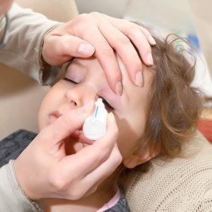 La causa más frecuente de conjuntivitis durante la infancia es la infección, pero existen otras causas conocidas como, por ejemplo, la alergia o la irritación por agentes externos, entre otros ejemplos.