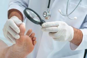 Existen muchas enfermedades de la piel que comportan cambios en las uñas. La psoriasis produce cambios que pueden recordar a la infección por hongos, pero los dermatólogos sabemos distinguirlos.