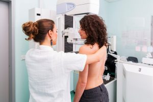 El cáncer de mama es el tumor más frecuente en las mujeres occidentales. Por ello es tan importante su diagnóstico precoz, basado en la mamografía de control, para diagnosticarlo en sus primeras etapas, pues en esta fase casi todos se pueden curar.