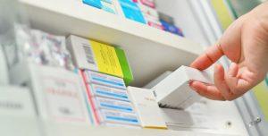 Se recomienda su tratamiento en caso de úlcera gastroduodenal, esofagitis, hiperclorhidria, prevención de gastropatía ante la toma de otros fármacos. Asimismo, el omeprazol es empleado en la llamada terapia de erradicación del Helicobacter Pylori.