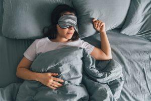La parálisis del sueño consiste en un despertar brusco con una conciencia plena de sus pensamientos pero con el cuerpo completamente paralizado.