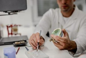 El objetivo de una prótesis dental es restaurar una o varias piezas dentarias, haciéndolo compatible con una dentadura de aspecto estético, pero a la vez lo más natural posible.