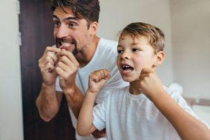 Es nuestra misión como padres inculcar una higiene dental constante y eficaz a nuestros hijos. Si no cuidamos una boca infantil, nos exponemos a una boca adulta enferma.