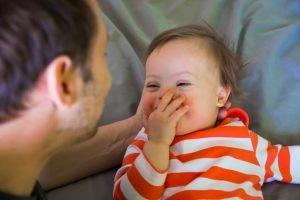 En el 95% de los casos de Síndrome de Down se produce por una alteración cromosómica llamada trisomía 21. Es un error genético que tiene lugar en etapas tempranas del proceso de reproducción celular.