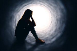 El estado de ánimo normal del trastorno bipolar se combina con episodios maníacos y depresivos, por lo que según en qué fase esté la persona tendrá unos síntomas u otros.