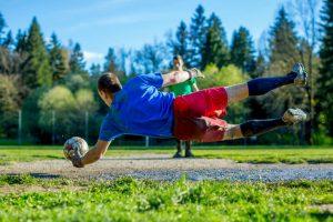 La trocanteritis suele debutar con un dolor en la cara externa o lateral de la cadera, que aumenta con los movimientos de rotación y separación de las piernas.