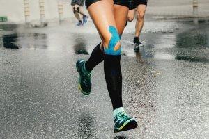 Las tiras del vendaje neuromuscular están hechas de una tela de algodón adhesiva, que posee características similares a la piel, son resistentes al agua y antialérgicas.