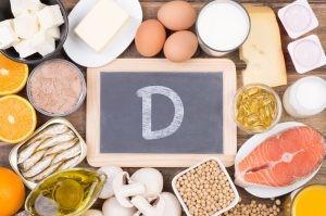 La causa más común que provoca el déficit de vitamina D es por la falta de exposición solar asociado al uso de cremas solares de alta protección que actúan como pantalla solar, para prevenir la aparición del cáncer de piel.