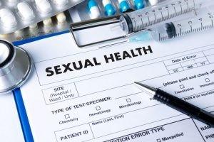 El condiloma se transmite por contacto sexual, tanto homo como heterosexual.