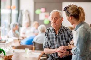 Los síntomas de la demencia vascular varían según la parte del cerebro en donde el flujo sanguíneo se ve afectado.