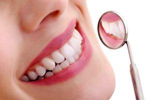 La encía forma parte del llamado periodonto o conjunto de tejidos que proporcionan el sostén necesario a los dientes para que puedan llevar a cabo sus diferentes funciones.